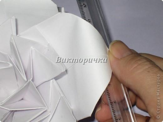 Такой цветочек ПИОНА сделан из пяти отдельно сложенных модулей. Были взяты листы писчей бумаги, формат А4 и обрезаны до правильного квадрата. Думаю, что если взять более тонкую бумагу, например, папиросную, то можно было бы сделать цветок более мелкого размера. Да и выглядел бы он оригинально - немного полупрозрачно, таинственно. Вдруг, именно такой эффект кому-то понадобится. фото 19