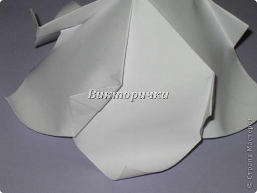 Такой цветочек ПИОНА сделан из пяти отдельно сложенных модулей. Были взяты листы писчей бумаги, формат А4 и обрезаны до правильного квадрата. Думаю, что если взять более тонкую бумагу, например, папиросную, то можно было бы сделать цветок более мелкого размера. Да и выглядел бы он оригинально - немного полупрозрачно, таинственно. Вдруг, именно такой эффект кому-то понадобится. фото 17