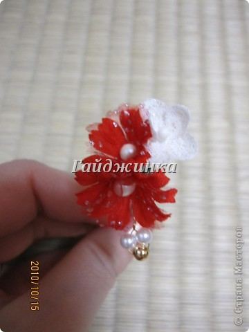 Канзаши (Kanzashi) - украшения для волос, используемые в традиционных китайских и японских прическах. Сразу оговорюсь, что я сама их не делала. Это покупные. Выставляю, может, кому пригодятся идеи. фото 6