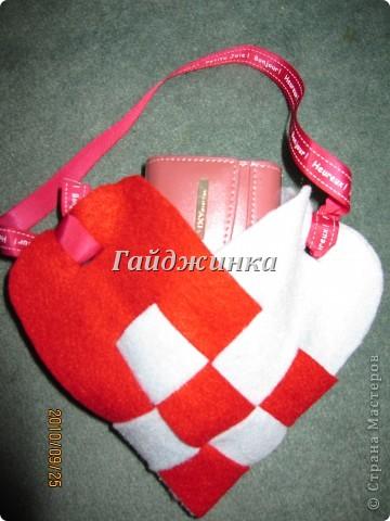 Такую сумочку можно сделать в подарок. Внутрь можно положить сладости, конфеты, открытку. Ссылка на МК: http://www.glico.co.jp/kosodate/party/felt.htm фото 2