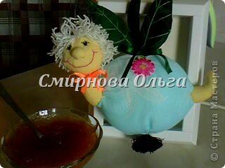 Червячок или гусеница ,кому что больше нравится. Но она решила поселиться в яблочке. Яблочко у меня голубое. Называется- я его слепила из того, что было... А ЕЙ всё равно,что грызть. Видите, какая довольная... фото 6