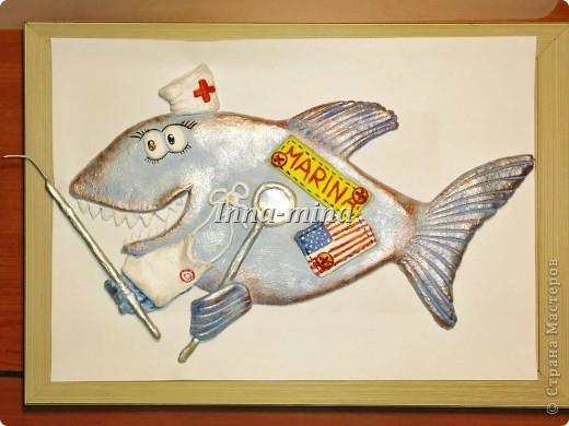 Очень нужен ваш совет. Разрисовала я свою многострадальную рыбу-дантиста. Ехать ей аж в Америку, так что без рамы не доедет. Планирую оформить в раме (как на нижней фотографии), но со цветом заклинило. Какой фон лучше выбрать?  фото 2