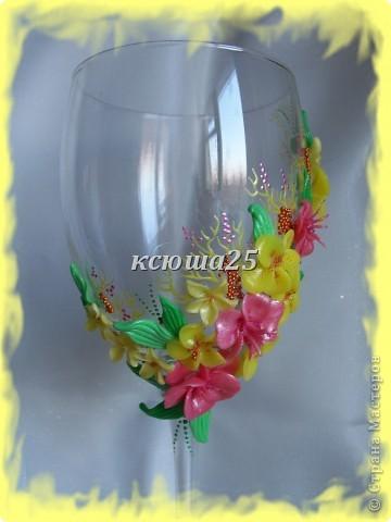 Мне заказали бокал на выпускной вечер для дочки, встречать рассвет. Бокал решили сделать ярким,солнечным,я думаю должен понравиться? Если сегодня одобрит заказ,то начну еще свечу делать,потом корсаж и цветы в голову. http://stranamasterov.ru/node/112795 вот здесь мк цветка розового и листиков фото 2