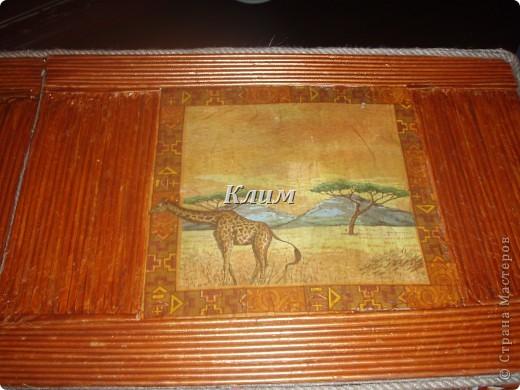 Очень давно хотела поставить какой-нибудь столик в коридор для мелочей. И вот посетила меня идея сплести столик из газетных трубочек. и вот что получилось. каркас я сделала из картона (для лучшей прочности делала трехслойный картон). Ножки плела отдельно от столешницы,атем склеивала клеем.   фото 4