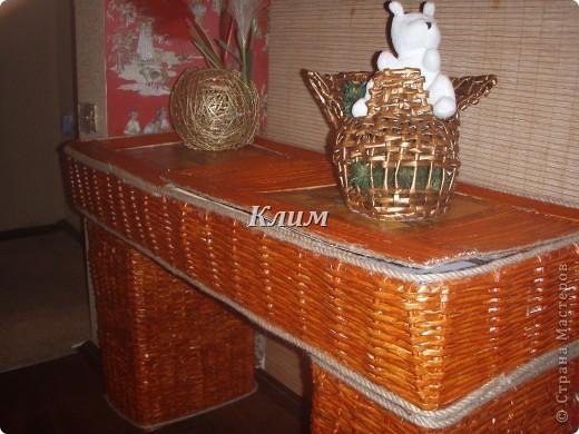 Очень давно хотела поставить какой-нибудь столик в коридор для мелочей. И вот посетила меня идея сплести столик из газетных трубочек. и вот что получилось. каркас я сделала из картона (для лучшей прочности делала трехслойный картон). Ножки плела отдельно от столешницы,атем склеивала клеем.   фото 2