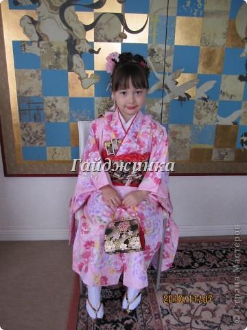 В жизни ребенка, помимо первого года жизни, особое значение имеют 3 года, 5 и 7 лет. В ноябре отмечается праздник «7-5-3» - «сити-го-сан». Улицы городов и сел Японии наполняются нарядными детьми трех, пяти и семи лет, которых родители ведут в синтоистский храм. Мальчики одеты в яркие шелковые одежды, а девочки – в пестрые кимоно из парчи. Считается, что посещение храма в этом возрасте принесет ребенку удачу и благополучие. Возраст три года одинаково важен и для мальчиков, и для девочек – в три года заканчивается раннее детство ребенка. Пять лет особо отмечается мальчиками. Это связано с древней традицией: в прежние времена сына самурая в возрасте пяти лет вводили в состав высшего сословия – для этого существовала особая церемония надевания шаровар. Возраст семи лет важен для девочек – раньше в семь лет на девочку впервые надевали широкий пояс на кимоно – оби. Оби выступал символом взросления, так как считался принадлежностью туалета взрослой женщины.  На праздник «7-5-3» в дом, где есть дети этого возраста, приглашаются родственники и друзья; устраивается праздничный стол, ребенку вручаются подарки. Самое распространенное угощение в этот день – разноцветные леденцы «амэ». Обычно их продают недалеко от входа в храм. Длинный леденец, по примете, лучше всего съесть не одному, а разломить его на части и поделиться с друзьями – это принесет благополучие. (из интернета)  фото 2