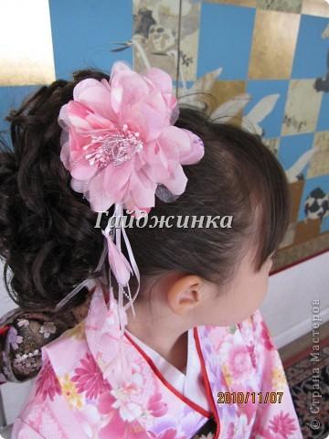 В жизни ребенка, помимо первого года жизни, особое значение имеют 3 года, 5 и 7 лет. В ноябре отмечается праздник «7-5-3» - «сити-го-сан». Улицы городов и сел Японии наполняются нарядными детьми трех, пяти и семи лет, которых родители ведут в синтоистский храм. Мальчики одеты в яркие шелковые одежды, а девочки – в пестрые кимоно из парчи. Считается, что посещение храма в этом возрасте принесет ребенку удачу и благополучие. Возраст три года одинаково важен и для мальчиков, и для девочек – в три года заканчивается раннее детство ребенка. Пять лет особо отмечается мальчиками. Это связано с древней традицией: в прежние времена сына самурая в возрасте пяти лет вводили в состав высшего сословия – для этого существовала особая церемония надевания шаровар. Возраст семи лет важен для девочек – раньше в семь лет на девочку впервые надевали широкий пояс на кимоно – оби. Оби выступал символом взросления, так как считался принадлежностью туалета взрослой женщины.  На праздник «7-5-3» в дом, где есть дети этого возраста, приглашаются родственники и друзья; устраивается праздничный стол, ребенку вручаются подарки. Самое распространенное угощение в этот день – разноцветные леденцы «амэ». Обычно их продают недалеко от входа в храм. Длинный леденец, по примете, лучше всего съесть не одному, а разломить его на части и поделиться с друзьями – это принесет благополучие. (из интернета)  фото 4