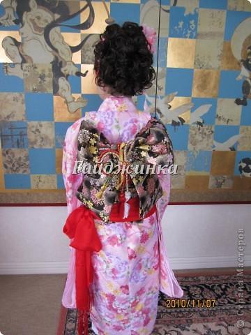 В жизни ребенка, помимо первого года жизни, особое значение имеют 3 года, 5 и 7 лет. В ноябре отмечается праздник «7-5-3» - «сити-го-сан». Улицы городов и сел Японии наполняются нарядными детьми трех, пяти и семи лет, которых родители ведут в синтоистский храм. Мальчики одеты в яркие шелковые одежды, а девочки – в пестрые кимоно из парчи. Считается, что посещение храма в этом возрасте принесет ребенку удачу и благополучие. Возраст три года одинаково важен и для мальчиков, и для девочек – в три года заканчивается раннее детство ребенка. Пять лет особо отмечается мальчиками. Это связано с древней традицией: в прежние времена сына самурая в возрасте пяти лет вводили в состав высшего сословия – для этого существовала особая церемония надевания шаровар. Возраст семи лет важен для девочек – раньше в семь лет на девочку впервые надевали широкий пояс на кимоно – оби. Оби выступал символом взросления, так как считался принадлежностью туалета взрослой женщины.  На праздник «7-5-3» в дом, где есть дети этого возраста, приглашаются родственники и друзья; устраивается праздничный стол, ребенку вручаются подарки. Самое распространенное угощение в этот день – разноцветные леденцы «амэ». Обычно их продают недалеко от входа в храм. Длинный леденец, по примете, лучше всего съесть не одному, а разломить его на части и поделиться с друзьями – это принесет благополучие. (из интернета)  фото 5