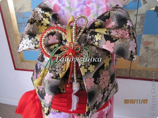 В жизни ребенка, помимо первого года жизни, особое значение имеют 3 года, 5 и 7 лет. В ноябре отмечается праздник «7-5-3» - «сити-го-сан». Улицы городов и сел Японии наполняются нарядными детьми трех, пяти и семи лет, которых родители ведут в синтоистский храм. Мальчики одеты в яркие шелковые одежды, а девочки – в пестрые кимоно из парчи. Считается, что посещение храма в этом возрасте принесет ребенку удачу и благополучие. Возраст три года одинаково важен и для мальчиков, и для девочек – в три года заканчивается раннее детство ребенка. Пять лет особо отмечается мальчиками. Это связано с древней традицией: в прежние времена сына самурая в возрасте пяти лет вводили в состав высшего сословия – для этого существовала особая церемония надевания шаровар. Возраст семи лет важен для девочек – раньше в семь лет на девочку впервые надевали широкий пояс на кимоно – оби. Оби выступал символом взросления, так как считался принадлежностью туалета взрослой женщины.  На праздник «7-5-3» в дом, где есть дети этого возраста, приглашаются родственники и друзья; устраивается праздничный стол, ребенку вручаются подарки. Самое распространенное угощение в этот день – разноцветные леденцы «амэ». Обычно их продают недалеко от входа в храм. Длинный леденец, по примете, лучше всего съесть не одному, а разломить его на части и поделиться с друзьями – это принесет благополучие. (из интернета)  фото 6