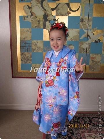 В жизни ребенка, помимо первого года жизни, особое значение имеют 3 года, 5 и 7 лет. В ноябре отмечается праздник «7-5-3» - «сити-го-сан». Улицы городов и сел Японии наполняются нарядными детьми трех, пяти и семи лет, которых родители ведут в синтоистский храм. Мальчики одеты в яркие шелковые одежды, а девочки – в пестрые кимоно из парчи. Считается, что посещение храма в этом возрасте принесет ребенку удачу и благополучие. Возраст три года одинаково важен и для мальчиков, и для девочек – в три года заканчивается раннее детство ребенка. Пять лет особо отмечается мальчиками. Это связано с древней традицией: в прежние времена сына самурая в возрасте пяти лет вводили в состав высшего сословия – для этого существовала особая церемония надевания шаровар. Возраст семи лет важен для девочек – раньше в семь лет на девочку впервые надевали широкий пояс на кимоно – оби. Оби выступал символом взросления, так как считался принадлежностью туалета взрослой женщины.  На праздник «7-5-3» в дом, где есть дети этого возраста, приглашаются родственники и друзья; устраивается праздничный стол, ребенку вручаются подарки. Самое распространенное угощение в этот день – разноцветные леденцы «амэ». Обычно их продают недалеко от входа в храм. Длинный леденец, по примете, лучше всего съесть не одному, а разломить его на части и поделиться с друзьями – это принесет благополучие. (из интернета)  фото 7