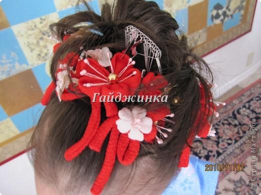 В жизни ребенка, помимо первого года жизни, особое значение имеют 3 года, 5 и 7 лет. В ноябре отмечается праздник «7-5-3» - «сити-го-сан». Улицы городов и сел Японии наполняются нарядными детьми трех, пяти и семи лет, которых родители ведут в синтоистский храм. Мальчики одеты в яркие шелковые одежды, а девочки – в пестрые кимоно из парчи. Считается, что посещение храма в этом возрасте принесет ребенку удачу и благополучие. Возраст три года одинаково важен и для мальчиков, и для девочек – в три года заканчивается раннее детство ребенка. Пять лет особо отмечается мальчиками. Это связано с древней традицией: в прежние времена сына самурая в возрасте пяти лет вводили в состав высшего сословия – для этого существовала особая церемония надевания шаровар. Возраст семи лет важен для девочек – раньше в семь лет на девочку впервые надевали широкий пояс на кимоно – оби. Оби выступал символом взросления, так как считался принадлежностью туалета взрослой женщины.  На праздник «7-5-3» в дом, где есть дети этого возраста, приглашаются родственники и друзья; устраивается праздничный стол, ребенку вручаются подарки. Самое распространенное угощение в этот день – разноцветные леденцы «амэ». Обычно их продают недалеко от входа в храм. Длинный леденец, по примете, лучше всего съесть не одному, а разломить его на части и поделиться с друзьями – это принесет благополучие. (из интернета)  фото 8