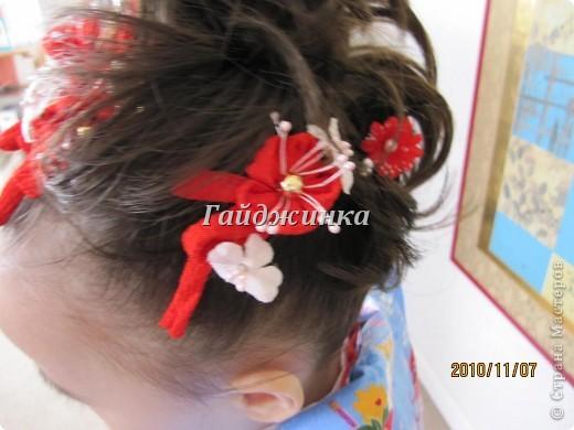 В жизни ребенка, помимо первого года жизни, особое значение имеют 3 года, 5 и 7 лет. В ноябре отмечается праздник «7-5-3» - «сити-го-сан». Улицы городов и сел Японии наполняются нарядными детьми трех, пяти и семи лет, которых родители ведут в синтоистский храм. Мальчики одеты в яркие шелковые одежды, а девочки – в пестрые кимоно из парчи. Считается, что посещение храма в этом возрасте принесет ребенку удачу и благополучие. Возраст три года одинаково важен и для мальчиков, и для девочек – в три года заканчивается раннее детство ребенка. Пять лет особо отмечается мальчиками. Это связано с древней традицией: в прежние времена сына самурая в возрасте пяти лет вводили в состав высшего сословия – для этого существовала особая церемония надевания шаровар. Возраст семи лет важен для девочек – раньше в семь лет на девочку впервые надевали широкий пояс на кимоно – оби. Оби выступал символом взросления, так как считался принадлежностью туалета взрослой женщины.  На праздник «7-5-3» в дом, где есть дети этого возраста, приглашаются родственники и друзья; устраивается праздничный стол, ребенку вручаются подарки. Самое распространенное угощение в этот день – разноцветные леденцы «амэ». Обычно их продают недалеко от входа в храм. Длинный леденец, по примете, лучше всего съесть не одному, а разломить его на части и поделиться с друзьями – это принесет благополучие. (из интернета)  фото 9