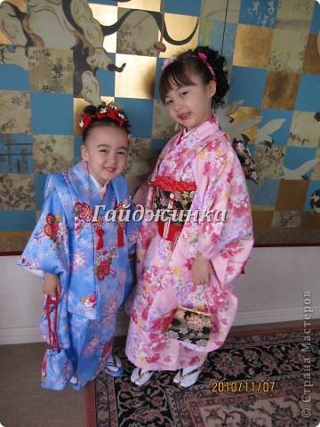 В жизни ребенка, помимо первого года жизни, особое значение имеют 3 года, 5 и 7 лет. В ноябре отмечается праздник «7-5-3» - «сити-го-сан». Улицы городов и сел Японии наполняются нарядными детьми трех, пяти и семи лет, которых родители ведут в синтоистский храм. Мальчики одеты в яркие шелковые одежды, а девочки – в пестрые кимоно из парчи. Считается, что посещение храма в этом возрасте принесет ребенку удачу и благополучие. Возраст три года одинаково важен и для мальчиков, и для девочек – в три года заканчивается раннее детство ребенка. Пять лет особо отмечается мальчиками. Это связано с древней традицией: в прежние времена сына самурая в возрасте пяти лет вводили в состав высшего сословия – для этого существовала особая церемония надевания шаровар. Возраст семи лет важен для девочек – раньше в семь лет на девочку впервые надевали широкий пояс на кимоно – оби. Оби выступал символом взросления, так как считался принадлежностью туалета взрослой женщины.  На праздник «7-5-3» в дом, где есть дети этого возраста, приглашаются родственники и друзья; устраивается праздничный стол, ребенку вручаются подарки. Самое распространенное угощение в этот день – разноцветные леденцы «амэ». Обычно их продают недалеко от входа в храм. Длинный леденец, по примете, лучше всего съесть не одному, а разломить его на части и поделиться с друзьями – это принесет благополучие. (из интернета)  фото 1