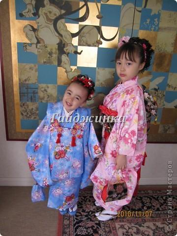 В жизни ребенка, помимо первого года жизни, особое значение имеют 3 года, 5 и 7 лет. В ноябре отмечается праздник «7-5-3» - «сити-го-сан». Улицы городов и сел Японии наполняются нарядными детьми трех, пяти и семи лет, которых родители ведут в синтоистский храм. Мальчики одеты в яркие шелковые одежды, а девочки – в пестрые кимоно из парчи. Считается, что посещение храма в этом возрасте принесет ребенку удачу и благополучие. Возраст три года одинаково важен и для мальчиков, и для девочек – в три года заканчивается раннее детство ребенка. Пять лет особо отмечается мальчиками. Это связано с древней традицией: в прежние времена сына самурая в возрасте пяти лет вводили в состав высшего сословия – для этого существовала особая церемония надевания шаровар. Возраст семи лет важен для девочек – раньше в семь лет на девочку впервые надевали широкий пояс на кимоно – оби. Оби выступал символом взросления, так как считался принадлежностью туалета взрослой женщины.  На праздник «7-5-3» в дом, где есть дети этого возраста, приглашаются родственники и друзья; устраивается праздничный стол, ребенку вручаются подарки. Самое распространенное угощение в этот день – разноцветные леденцы «амэ». Обычно их продают недалеко от входа в храм. Длинный леденец, по примете, лучше всего съесть не одному, а разломить его на части и поделиться с друзьями – это принесет благополучие. (из интернета)  фото 10