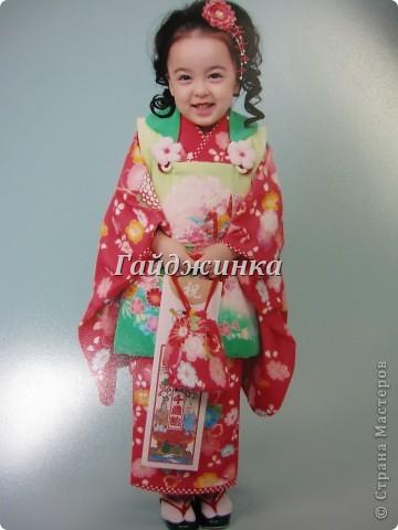 В жизни ребенка, помимо первого года жизни, особое значение имеют 3 года, 5 и 7 лет. В ноябре отмечается праздник «7-5-3» - «сити-го-сан». Улицы городов и сел Японии наполняются нарядными детьми трех, пяти и семи лет, которых родители ведут в синтоистский храм. Мальчики одеты в яркие шелковые одежды, а девочки – в пестрые кимоно из парчи. Считается, что посещение храма в этом возрасте принесет ребенку удачу и благополучие. Возраст три года одинаково важен и для мальчиков, и для девочек – в три года заканчивается раннее детство ребенка. Пять лет особо отмечается мальчиками. Это связано с древней традицией: в прежние времена сына самурая в возрасте пяти лет вводили в состав высшего сословия – для этого существовала особая церемония надевания шаровар. Возраст семи лет важен для девочек – раньше в семь лет на девочку впервые надевали широкий пояс на кимоно – оби. Оби выступал символом взросления, так как считался принадлежностью туалета взрослой женщины.  На праздник «7-5-3» в дом, где есть дети этого возраста, приглашаются родственники и друзья; устраивается праздничный стол, ребенку вручаются подарки. Самое распространенное угощение в этот день – разноцветные леденцы «амэ». Обычно их продают недалеко от входа в храм. Длинный леденец, по примете, лучше всего съесть не одному, а разломить его на части и поделиться с друзьями – это принесет благополучие. (из интернета)  фото 12