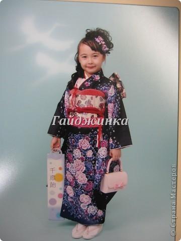 В жизни ребенка, помимо первого года жизни, особое значение имеют 3 года, 5 и 7 лет. В ноябре отмечается праздник «7-5-3» - «сити-го-сан». Улицы городов и сел Японии наполняются нарядными детьми трех, пяти и семи лет, которых родители ведут в синтоистский храм. Мальчики одеты в яркие шелковые одежды, а девочки – в пестрые кимоно из парчи. Считается, что посещение храма в этом возрасте принесет ребенку удачу и благополучие. Возраст три года одинаково важен и для мальчиков, и для девочек – в три года заканчивается раннее детство ребенка. Пять лет особо отмечается мальчиками. Это связано с древней традицией: в прежние времена сына самурая в возрасте пяти лет вводили в состав высшего сословия – для этого существовала особая церемония надевания шаровар. Возраст семи лет важен для девочек – раньше в семь лет на девочку впервые надевали широкий пояс на кимоно – оби. Оби выступал символом взросления, так как считался принадлежностью туалета взрослой женщины.  На праздник «7-5-3» в дом, где есть дети этого возраста, приглашаются родственники и друзья; устраивается праздничный стол, ребенку вручаются подарки. Самое распространенное угощение в этот день – разноцветные леденцы «амэ». Обычно их продают недалеко от входа в храм. Длинный леденец, по примете, лучше всего съесть не одному, а разломить его на части и поделиться с друзьями – это принесет благополучие. (из интернета)  фото 13