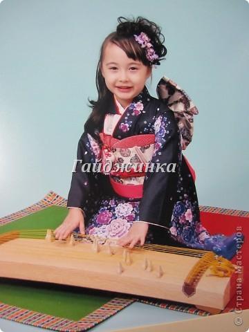 В жизни ребенка, помимо первого года жизни, особое значение имеют 3 года, 5 и 7 лет. В ноябре отмечается праздник «7-5-3» - «сити-го-сан». Улицы городов и сел Японии наполняются нарядными детьми трех, пяти и семи лет, которых родители ведут в синтоистский храм. Мальчики одеты в яркие шелковые одежды, а девочки – в пестрые кимоно из парчи. Считается, что посещение храма в этом возрасте принесет ребенку удачу и благополучие. Возраст три года одинаково важен и для мальчиков, и для девочек – в три года заканчивается раннее детство ребенка. Пять лет особо отмечается мальчиками. Это связано с древней традицией: в прежние времена сына самурая в возрасте пяти лет вводили в состав высшего сословия – для этого существовала особая церемония надевания шаровар. Возраст семи лет важен для девочек – раньше в семь лет на девочку впервые надевали широкий пояс на кимоно – оби. Оби выступал символом взросления, так как считался принадлежностью туалета взрослой женщины.  На праздник «7-5-3» в дом, где есть дети этого возраста, приглашаются родственники и друзья; устраивается праздничный стол, ребенку вручаются подарки. Самое распространенное угощение в этот день – разноцветные леденцы «амэ». Обычно их продают недалеко от входа в храм. Длинный леденец, по примете, лучше всего съесть не одному, а разломить его на части и поделиться с друзьями – это принесет благополучие. (из интернета)  фото 14