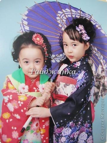 В жизни ребенка, помимо первого года жизни, особое значение имеют 3 года, 5 и 7 лет. В ноябре отмечается праздник «7-5-3» - «сити-го-сан». Улицы городов и сел Японии наполняются нарядными детьми трех, пяти и семи лет, которых родители ведут в синтоистский храм. Мальчики одеты в яркие шелковые одежды, а девочки – в пестрые кимоно из парчи. Считается, что посещение храма в этом возрасте принесет ребенку удачу и благополучие. Возраст три года одинаково важен и для мальчиков, и для девочек – в три года заканчивается раннее детство ребенка. Пять лет особо отмечается мальчиками. Это связано с древней традицией: в прежние времена сына самурая в возрасте пяти лет вводили в состав высшего сословия – для этого существовала особая церемония надевания шаровар. Возраст семи лет важен для девочек – раньше в семь лет на девочку впервые надевали широкий пояс на кимоно – оби. Оби выступал символом взросления, так как считался принадлежностью туалета взрослой женщины.  На праздник «7-5-3» в дом, где есть дети этого возраста, приглашаются родственники и друзья; устраивается праздничный стол, ребенку вручаются подарки. Самое распространенное угощение в этот день – разноцветные леденцы «амэ». Обычно их продают недалеко от входа в храм. Длинный леденец, по примете, лучше всего съесть не одному, а разломить его на части и поделиться с друзьями – это принесет благополучие. (из интернета)  фото 15