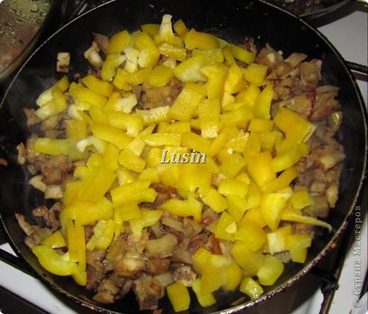 * баклажаны - 3 шт, * Фарш - 150г, * болгарский перец - 1-2 шт, * лук репчатый - 1 шт, * шампиньоны - 150 г, * чеснок - 2-3 зубчика, * зелень петрушки или кинзы, * грецкие орехи, * растительное масло, * соль, * перец  Баклажаны вымыть, отрезать хвостики и разрезать каждый баклажан вдоль на 2 половинки. Из каждой половинки аккуратно, при помощи ножа или ложки, вырезать мякоть и убрать в сторону. Выложить полые лодочки баклажан на противень или в форму для запекания, посолить их изнутри и смазать растительным маслом. фото 3