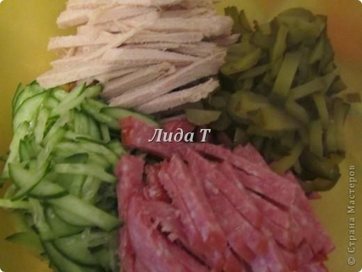 Хочу Вам рассказать об истории появления салатов.  Салаты – идеальная еда для ленивого человека. Почему? – спросите Вы. Отвечаю: 1. из-за быстроты приготовления: нарезал пару овощей, залил маслом, майонезом, сметаной и можно есть; 2.из-за отсутствия необходимости подогревания; 3. Из-за универсальности -в салат может пойти практически все, что найдется в холодильнике: овощи свежие, соленые, маринованные, грибы, фрукты, мясо, рыба, яйца, даже черствый хлеб. Салаты готовили с древнейших времен, в Древнем Риме еще 2500 лет назад. Но  тогда салат был только один, и состоял он из петрушки, лука и эндивия (особый сорт салата), заправленное соусом из перца, соли, уксуса и меда. В XVI – XVII веках рецепт салата привезли во Францию.  В то время по традиции салат готовили только из растительных ингредиентов и обязательно сырых (например, салат из зеленого лука, перьев чеснока, мяты и листьев петрушки). Этот салат хорошо сочетался с мясом. Затем французы ввели в состав салата латук – листья без вкуса. И в таком составе салат стал называться французским, а растение это получило во всем мире название салат, по блюду, которое из него готовилось. В самом конце XVIII века в салат стали добавлять капусту всех видов. Позже в салат попали свежие огурцы, спаржа, артишоки. Французы придумали пикантную заправку из соли, перца, сухого вина (или лимонный сок с оливковым маслом и приправами). На рубеже XVIII и XIX веков в салат стали включать корнеплоды. Заправки для салатов стали усложняться. Позже в салаты стали добавлять отварные, соленые или квашеные овощи, а еще позже рыбу, мясо, яйца и дичь. Сейчас существует множество видов салатов: мясные, рыбные, фруктовые, овощные, холодные, горячие и многие другие. В современном мире есть даже такая профессия – салатье, то есть составитель салатов. Современный словарь объясняет понятие салат как блюдо из мелко накрошенных кусочков овощей, мяса, рыбы, яиц, грибов, фруктов в холодном виде. Таким образом, подчеркиваются две особенности этого блюда: к