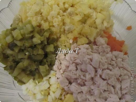 Как только мы не называем этот салат – и «Зимний» и «Оливье» и «Столичный».. и это только самые популярные названия…  Итак.. и опять немного истории.. Название салат «Оливье» получил в честь повара Люсьена Оливье, державшего в Москве начала 60-х годов XIX века ресторан парижской кухни «Эрмитаж». За рубежом салат называют не иначе как «русский салат». Оригинальный рецепт салата «Оливье»: мясо двух отварных рябчиков, один телячий язык,  100 грамм черной паюсной икры, 200 грамм свежего салата, 25 отварных раков, полбанки очень мелких маринованных огурчиков и полбанки сои, два свежих огурца, 100 грамм маринованных каперсов, мелко рубленые яйца (5 штук), сваренные вкрутую. Секретом салата был соус  провансаль, который готовился на французском уксусе, двух яйцах и 400 граммах прованского оливкового масла.  В конце XIX века один из поваров, Иван Иванов, украл секрет соуса и перешёл в ресторан «Москва», где подавал свой салат под названием «Столичный».  В советское время рецепт салата «Столичный» или «Оливье» ухудшался, одни ингредиенты заменялись другими – было сложно достать продукты. Другой момент – это майонез. Дело в том, что промышленный майонез начал выпускаться в СССР лишь во второй половине 30-х, а массовое производство началось только с начала 50-х. Именно майонез, такой загадочный и шикарный по советским понятиям соус, делал «оливье» самым любимым салатом. Ореол элитарности поддерживался и дефицитом майонеза. Продавался он лишь в Москве и Ленинграде. Всё труднодоступное намного вкуснее, и неудивительно, что соус майонез стал синонимом заправки для салата вообще и породил массу интересных и чудовищных салатов с расчётом на заправку майонезом. Именно любовь советского человека к майонезу даёт право считать советским всякий салат, заправленный этим соусом с поправкой на специфику продуктов. В наше время под  названиями «Оливье» и «Столичный» подразумевается смесь варённого картофеля, майонеза, солёных или маринованных огурцов, зелёного горошка и иногда колбасы или к