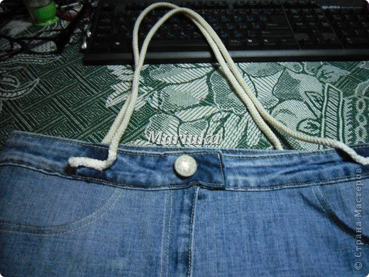 Здравствуйте, дорогие мастерицы))) Я долго рассматривала Ваши работы и вот, решила вынести на Ваш суд свою.Это мой первый МК и я очень волнуюсь. Итак, отрезаем от джинсов нижние части штанин и распарываем по одному шву(который без отстрочки) фото 22