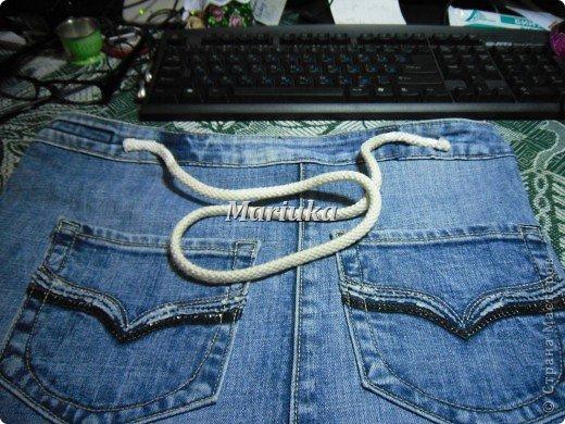 Здравствуйте, дорогие мастерицы))) Я долго рассматривала Ваши работы и вот, решила вынести на Ваш суд свою.Это мой первый МК и я очень волнуюсь. Итак, отрезаем от джинсов нижние части штанин и распарываем по одному шву(который без отстрочки) фото 24