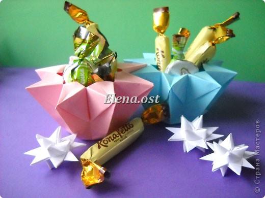 При копировании статьи, целиком или частично, пожалуйста, указывайте активную ссылку на источник! http://stranamasterov.ru/user/9321 http://stranamasterov.ru/node/120275 Коробочка-звездочка в технике оригами. Можно положить сладкий подарок, мягкую игрушку, украшения и поставить под елочку от Деда Мороза. Из цветной бумаги для принтера (квадрат 21х21) получается коробочка в диаметре 11 см (по крайним точкам). фото 1