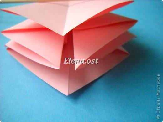 При копировании статьи, целиком или частично, пожалуйста, указывайте активную ссылку на источник! http://stranamasterov.ru/user/9321 http://stranamasterov.ru/node/120275 Коробочка-звездочка в технике оригами. Можно положить сладкий подарок, мягкую игрушку, украшения и поставить под елочку от Деда Мороза. Из цветной бумаги для принтера (квадрат 21х21) получается коробочка в диаметре 11 см (по крайним точкам). фото 14