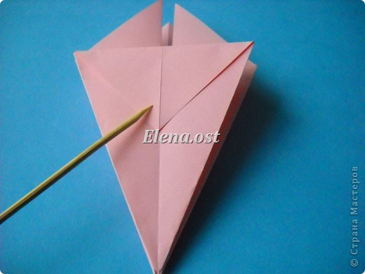 При копировании статьи, целиком или частично, пожалуйста, указывайте активную ссылку на источник! http://stranamasterov.ru/user/9321 http://stranamasterov.ru/node/120275 Коробочка-звездочка в технике оригами. Можно положить сладкий подарок, мягкую игрушку, украшения и поставить под елочку от Деда Мороза. Из цветной бумаги для принтера (квадрат 21х21) получается коробочка в диаметре 11 см (по крайним точкам). фото 15