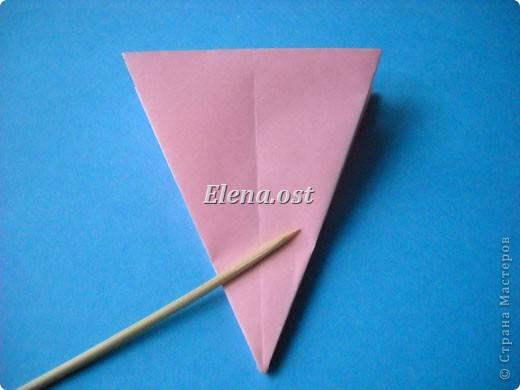 При копировании статьи, целиком или частично, пожалуйста, указывайте активную ссылку на источник! http://stranamasterov.ru/user/9321 http://stranamasterov.ru/node/120275 Коробочка-звездочка в технике оригами. Можно положить сладкий подарок, мягкую игрушку, украшения и поставить под елочку от Деда Мороза. Из цветной бумаги для принтера (квадрат 21х21) получается коробочка в диаметре 11 см (по крайним точкам). фото 17