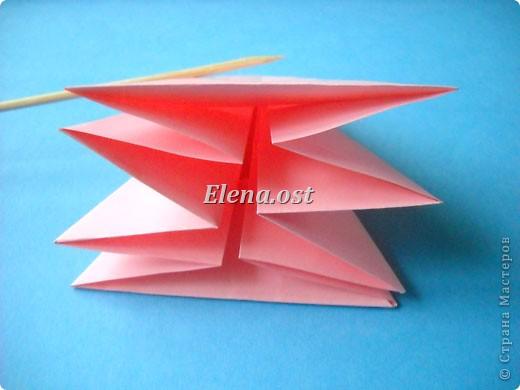 При копировании статьи, целиком или частично, пожалуйста, указывайте активную ссылку на источник! http://stranamasterov.ru/user/9321 http://stranamasterov.ru/node/120275 Коробочка-звездочка в технике оригами. Можно положить сладкий подарок, мягкую игрушку, украшения и поставить под елочку от Деда Мороза. Из цветной бумаги для принтера (квадрат 21х21) получается коробочка в диаметре 11 см (по крайним точкам). фото 18