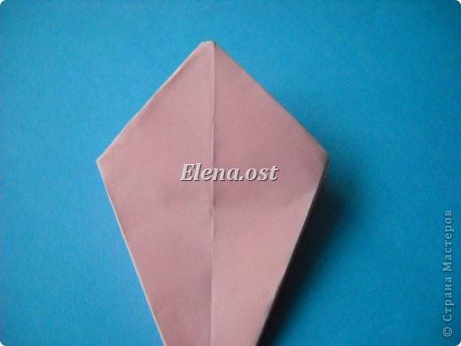 При копировании статьи, целиком или частично, пожалуйста, указывайте активную ссылку на источник! http://stranamasterov.ru/user/9321 http://stranamasterov.ru/node/120275 Коробочка-звездочка в технике оригами. Можно положить сладкий подарок, мягкую игрушку, украшения и поставить под елочку от Деда Мороза. Из цветной бумаги для принтера (квадрат 21х21) получается коробочка в диаметре 11 см (по крайним точкам). фото 21