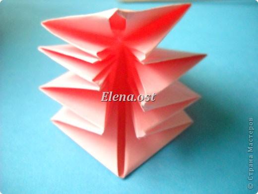 При копировании статьи, целиком или частично, пожалуйста, указывайте активную ссылку на источник! http://stranamasterov.ru/user/9321 http://stranamasterov.ru/node/120275 Коробочка-звездочка в технике оригами. Можно положить сладкий подарок, мягкую игрушку, украшения и поставить под елочку от Деда Мороза. Из цветной бумаги для принтера (квадрат 21х21) получается коробочка в диаметре 11 см (по крайним точкам). фото 23
