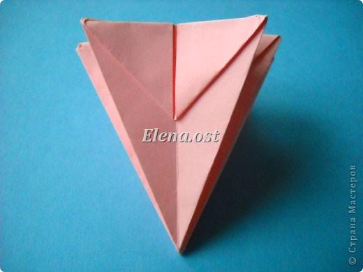 При копировании статьи, целиком или частично, пожалуйста, указывайте активную ссылку на источник! http://stranamasterov.ru/user/9321 http://stranamasterov.ru/node/120275 Коробочка-звездочка в технике оригами. Можно положить сладкий подарок, мягкую игрушку, украшения и поставить под елочку от Деда Мороза. Из цветной бумаги для принтера (квадрат 21х21) получается коробочка в диаметре 11 см (по крайним точкам). фото 26