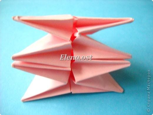 При копировании статьи, целиком или частично, пожалуйста, указывайте активную ссылку на источник! http://stranamasterov.ru/user/9321 http://stranamasterov.ru/node/120275 Коробочка-звездочка в технике оригами. Можно положить сладкий подарок, мягкую игрушку, украшения и поставить под елочку от Деда Мороза. Из цветной бумаги для принтера (квадрат 21х21) получается коробочка в диаметре 11 см (по крайним точкам). фото 27