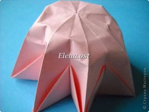 При копировании статьи, целиком или частично, пожалуйста, указывайте активную ссылку на источник! http://stranamasterov.ru/user/9321 http://stranamasterov.ru/node/120275 Коробочка-звездочка в технике оригами. Можно положить сладкий подарок, мягкую игрушку, украшения и поставить под елочку от Деда Мороза. Из цветной бумаги для принтера (квадрат 21х21) получается коробочка в диаметре 11 см (по крайним точкам). фото 29