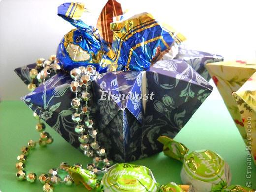 При копировании статьи, целиком или частично, пожалуйста, указывайте активную ссылку на источник! http://stranamasterov.ru/user/9321 http://stranamasterov.ru/node/120275 Коробочка-звездочка в технике оригами. Можно положить сладкий подарок, мягкую игрушку, украшения и поставить под елочку от Деда Мороза. Из цветной бумаги для принтера (квадрат 21х21) получается коробочка в диаметре 11 см (по крайним точкам). фото 4