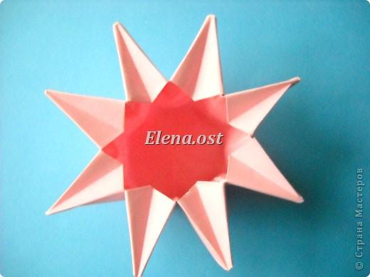 При копировании статьи, целиком или частично, пожалуйста, указывайте активную ссылку на источник! http://stranamasterov.ru/user/9321 http://stranamasterov.ru/node/120275 Коробочка-звездочка в технике оригами. Можно положить сладкий подарок, мягкую игрушку, украшения и поставить под елочку от Деда Мороза. Из цветной бумаги для принтера (квадрат 21х21) получается коробочка в диаметре 11 см (по крайним точкам). фото 31