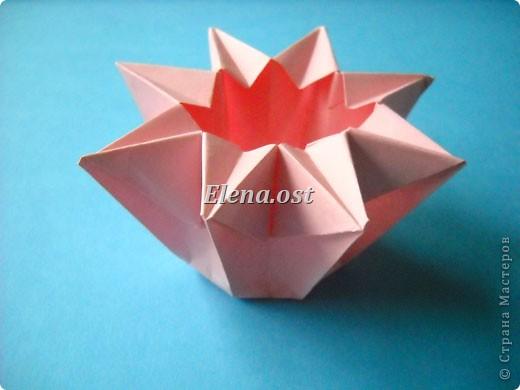При копировании статьи, целиком или частично, пожалуйста, указывайте активную ссылку на источник! http://stranamasterov.ru/user/9321 http://stranamasterov.ru/node/120275 Коробочка-звездочка в технике оригами. Можно положить сладкий подарок, мягкую игрушку, украшения и поставить под елочку от Деда Мороза. Из цветной бумаги для принтера (квадрат 21х21) получается коробочка в диаметре 11 см (по крайним точкам). фото 32