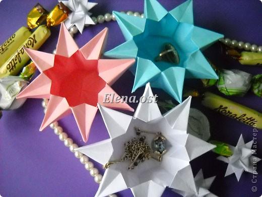 При копировании статьи, целиком или частично, пожалуйста, указывайте активную ссылку на источник! http://stranamasterov.ru/user/9321 http://stranamasterov.ru/node/120275 Коробочка-звездочка в технике оригами. Можно положить сладкий подарок, мягкую игрушку, украшения и поставить под елочку от Деда Мороза. Из цветной бумаги для принтера (квадрат 21х21) получается коробочка в диаметре 11 см (по крайним точкам). фото 33