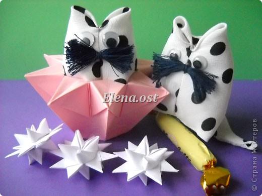 При копировании статьи, целиком или частично, пожалуйста, указывайте активную ссылку на источник! http://stranamasterov.ru/user/9321 http://stranamasterov.ru/node/120275 Коробочка-звездочка в технике оригами. Можно положить сладкий подарок, мягкую игрушку, украшения и поставить под елочку от Деда Мороза. Из цветной бумаги для принтера (квадрат 21х21) получается коробочка в диаметре 11 см (по крайним точкам). фото 35