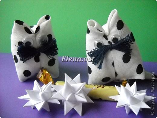 При копировании статьи, целиком или частично, пожалуйста, указывайте активную ссылку на источник! http://stranamasterov.ru/user/9321 http://stranamasterov.ru/node/120275 Коробочка-звездочка в технике оригами. Можно положить сладкий подарок, мягкую игрушку, украшения и поставить под елочку от Деда Мороза. Из цветной бумаги для принтера (квадрат 21х21) получается коробочка в диаметре 11 см (по крайним точкам). фото 36