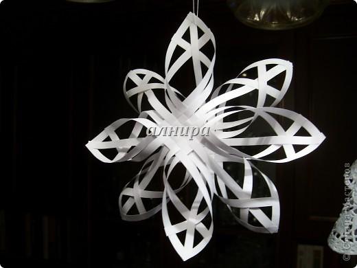 Вот такую снежинку сделала из 20 полосок бумаги. Нашла в интернете МК. Ссылка ниже. фото 1