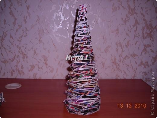 Ни живую ёлку ,ни искусственную  на стол не поставишь, а хочется, чтобы и на столе был Новый год.Вот поэтому я сплела  из бумаги  и украсила на свой вкус. Идея  из интернета. фото 3