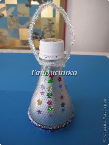 Фонарики из пластиковых бутылок. Покрашены краской из баллончика, украшены пайетками и мохнатой проволокой. фото 1