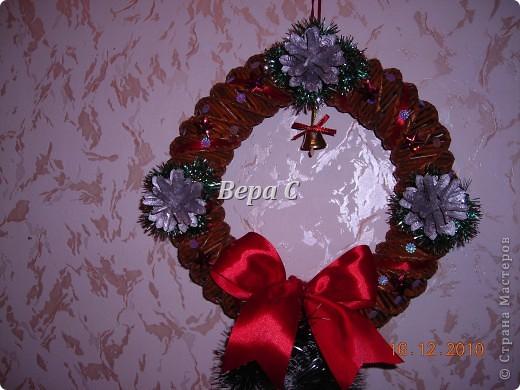 Сплела,покрасила.Украсила мишурой, пайетками,лентами.Шишки покрасила серебрянкой. И конечно же прикрепила колокольчик. Что же  за Рождественский  венок без колокольчика.