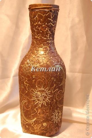 Вот такую вазочку я себе сделала из винной бутылки фото 2
