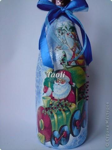 Ну вот, уже пора готовить подарки на 8 марта, а я только 31 декабря закончила свои новогодние бутылочки))))). А тут еще и сынулька приболел... В общем стоят мои бутылочки неподаренные и скучают. Но я не расстраиваюсь -  раз Новый год мы уже встретили, значит будем считать эти подарки Рождественскими))) фото 10