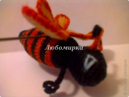 Милая пчёлка, связана крючком. Состоит из туловища, головы, двух пар крыльев и лапок...Наполнитель синтепон(вата).  фото 2